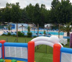camping Argeles Au Flamenco : vu aérienne des structures gonflables et de la piscine